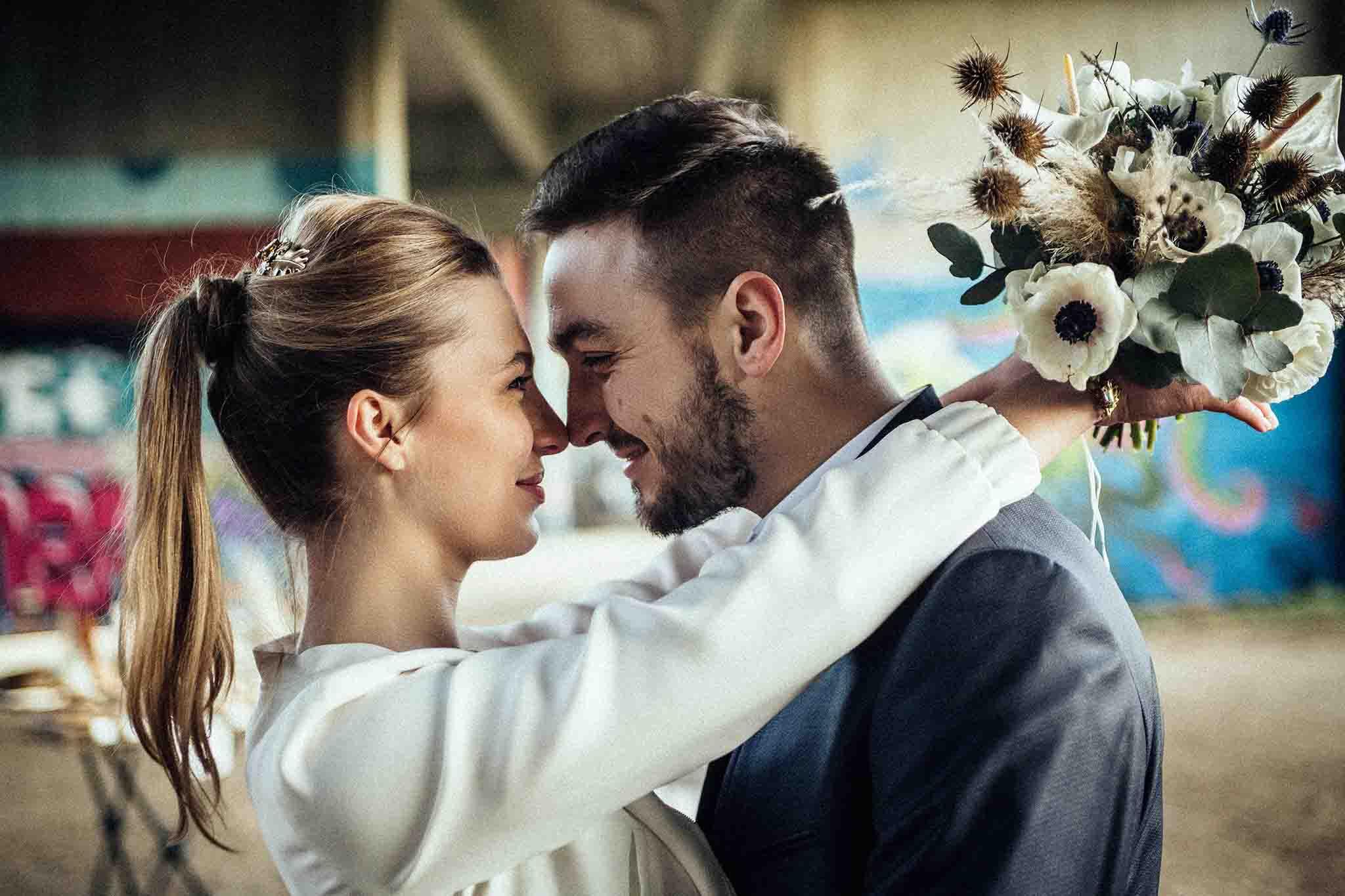 mariage-urbain-bouquet-sauvage-combinaison